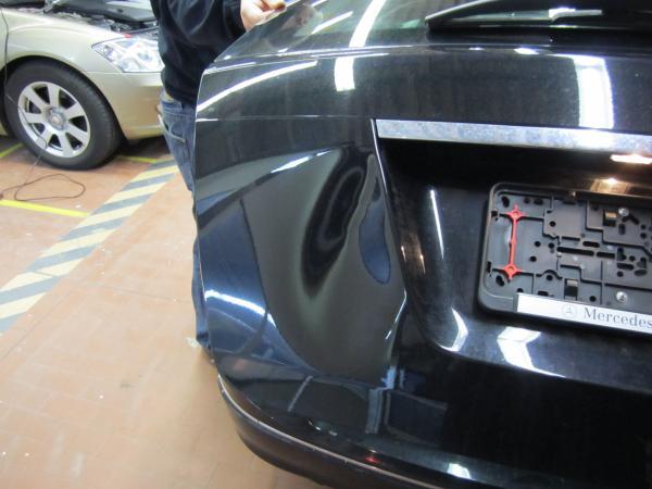 Eine sehr grosse Delle in der Heckklappe eines Mercedes